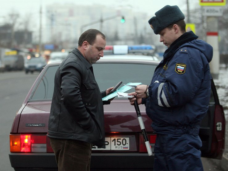 Сотрудник ДПС проверяет документы